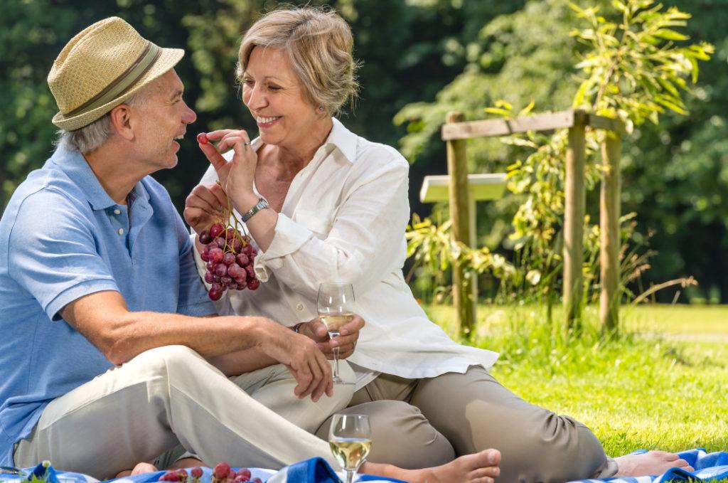 Rentner beim Picknick