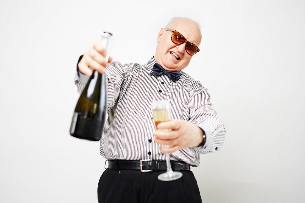 Rentner mit Sektflasche